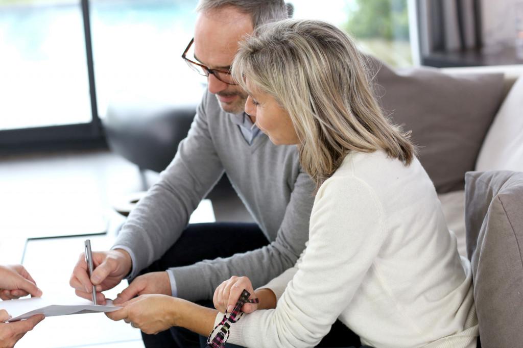Par skriver under på dokument. Foto