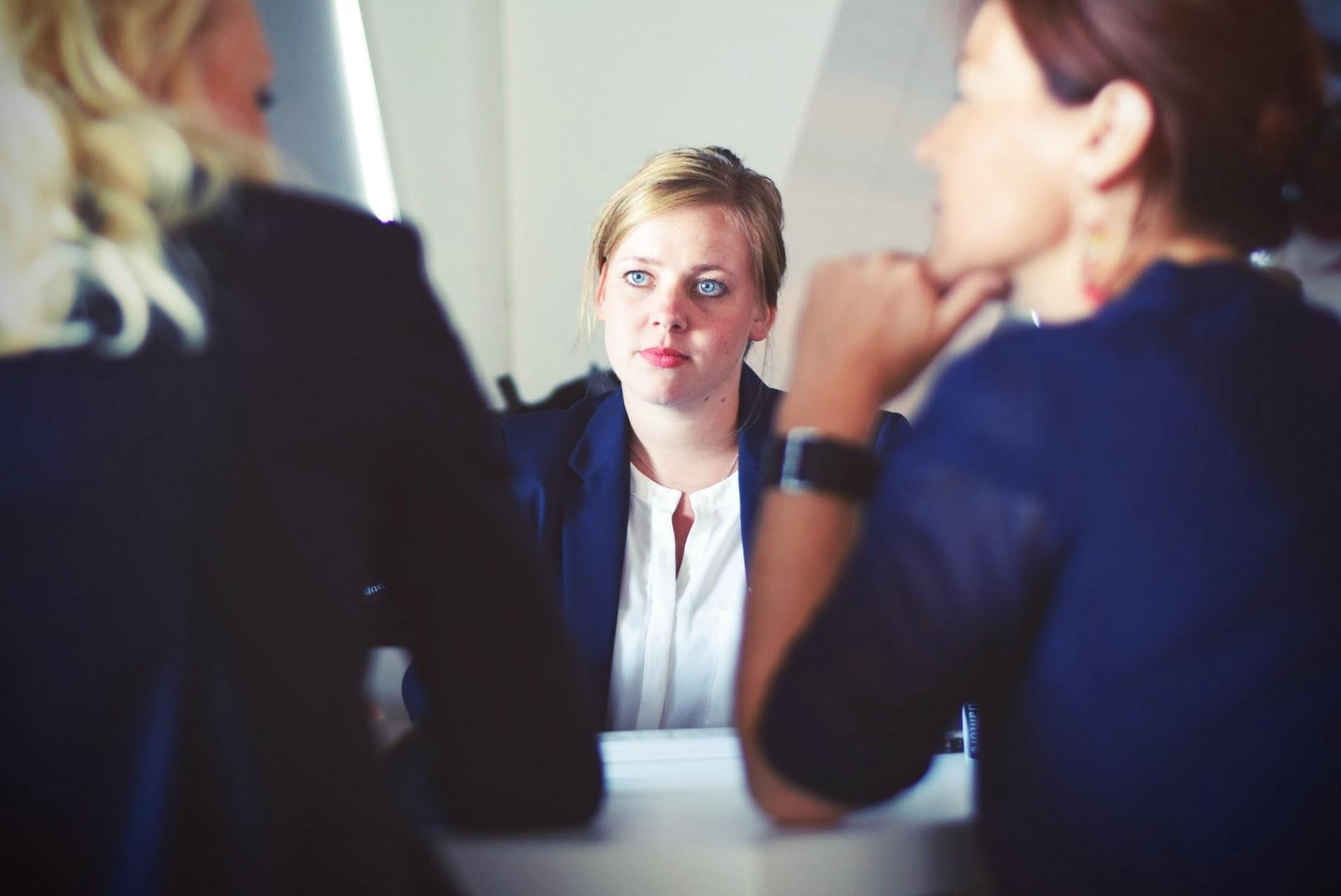 To kvinner intervjuer en tredje kvinne. Illustrasjonsfoto.